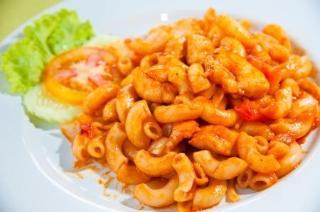 macarrones: Un plato de macarrones, vegetales, queso y tomates frescos