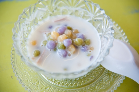 Thai sweetmeat with colorful ball flour, coconut, milk and egg : popular and famous thialand dessert (Bua Loi) Stockfoto