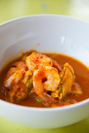tamarindo: curry picante y agria con salsa de tamarindo camarones y verduras: Deliciosa comida tailandesa tradicional (Kang som cha-om koong)