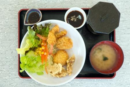 huevos fritos: Conjunto de comida japonesa con tempura de gambas, tonkatsu, del karake y sopa de miso Foto de archivo