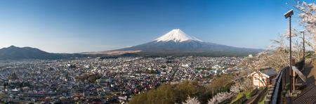kawaguchi ko: Beautiful panorama view of Mountain with cherry blossom in spring, Chureito Pagoda  Fujiyoshida, Japan Stock Photo