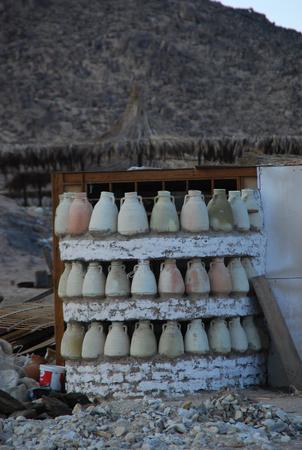 ollas de barro: clay pots in Egypt, spring 2012. Foto de archivo