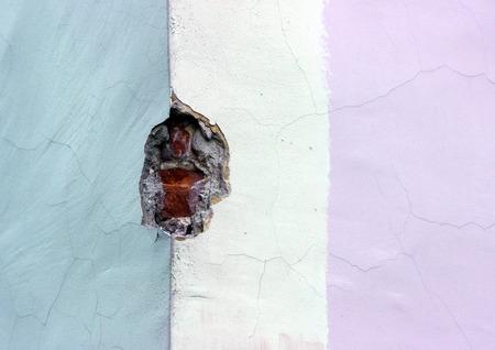 textura: tessuto multicolore muro di mattoni vecchi, intonacato e dipinto in tre colori