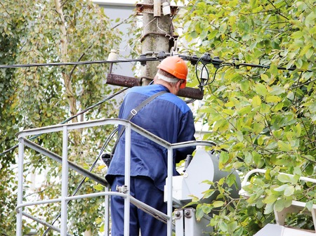 Isolierte Elektrische Arbeiter Die Drähte Auf Der Stange Mit Hilfe ...