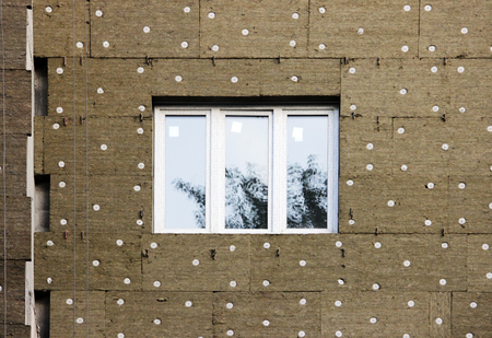 新築住宅の窓。タイル張りの断熱不燃材料玄武岩繊維壁式構造。