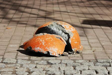 stoep in de buurt van het huis en oranje verbrijzelde halfrond parkeren versterkt tegen het binnenkomen van voertuigen. Relevant wanneer het gevaar van terroristische aanslagen is.