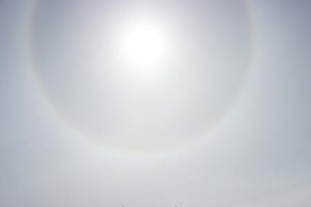 Halo een regenboog om de zon in de middag voordat het weer verslechtert Stockfoto