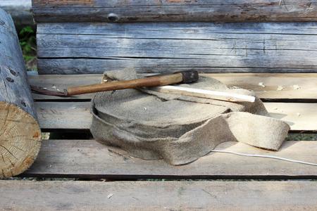 도끼, 목제 nagel, 집을 건축 할 때 광속 사이에서 놓기를위한 목록에있는 물개는 일을 위해 준비되어 있는다. 스톡 콘텐츠