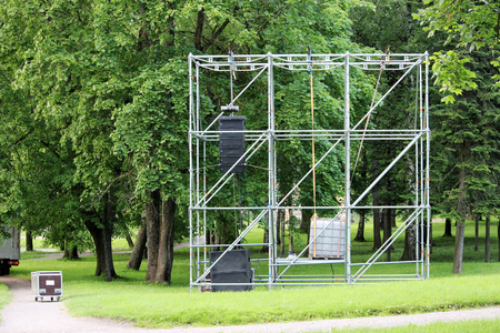 clamped: Metal structure in the form of a frame for attaching musical columns and a screen for broadcasting events in the park