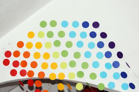 tenda di cerchi multicolori sospesi su filo e attaccato ad un arco di cartongesso per il design interno. soluzione interna
