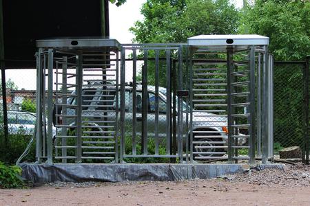 Le rotor électromécanique pleine hauteur à tourniquet est installé à l'entrée du parc Gatchina pour contrôler et limiter les déplacements des bicyclettes Banque d'images - 88638013
