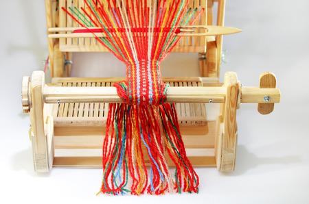 Weben Mini-Maschine zur Herstellung von Gurten mit Mustern. Volkskunst, handgefertigt. Detail Standard-Bild - 93048735
