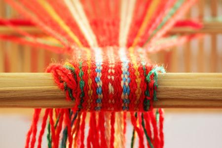 Weben Mini-Maschine zur Herstellung von Gurten mit Mustern. Volkskunst, handgefertigt. Detail Standard-Bild - 93161875