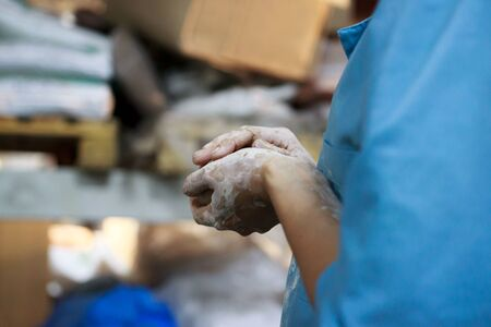 young woman came to study pottery and ceramics. Hands in white clay. training, reportage Banco de Imagens