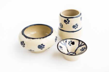 small childrens dishes with cat footprints. vase, pot and plate. author ceramics, all in one copy. Banque d'images