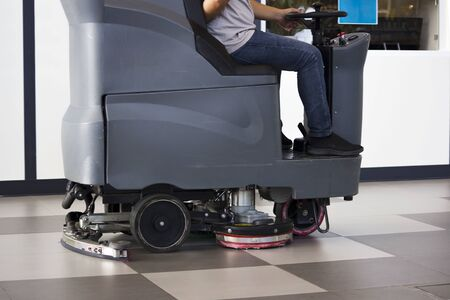 Brush in the battery scrubber-dryer in Russian airport. Banque d'images