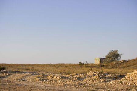 Steppe landscape with house and tree at the road construction repairs. Banque d'images - 142990214