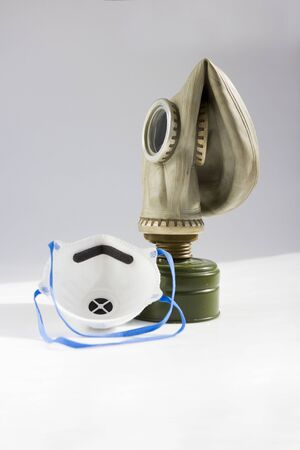 respirator and old gas mask. concept of peace and war. a means of protection against chemical and virological weapons. Banque d'images - 143582980