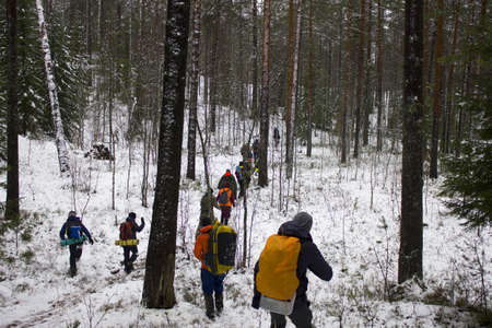 First aid training. People walk the route where various injuries in the winter forest will be played out Standard-Bild