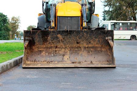 bucket on yellow bulldozer tractor for construction and repair work Standard-Bild