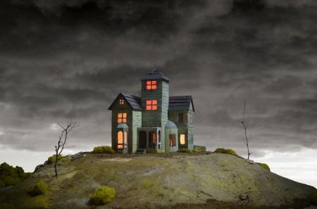 유령의 언덕에 소 름 끼칠 정도의 오래 된 집. 스톡 콘텐츠