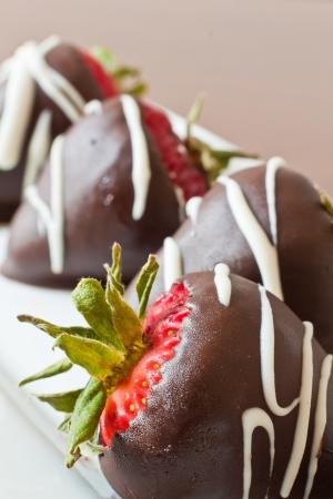 macro van chocolade bedekt aardbeien richten zich op de eerste Stockfoto