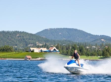 moto acuatica: Mujer hermosa en el lago andar en moto acuática en día soleado
