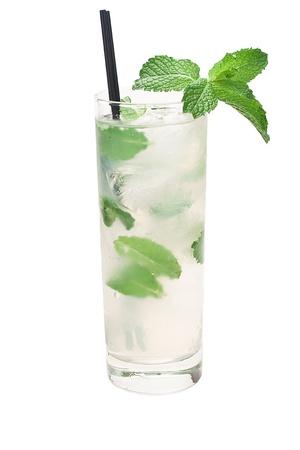 mojito cocktail geà ¯ soleerd op een witte achtergrond met verse munt Stockfoto