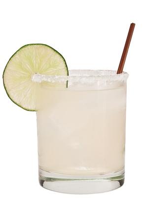 margarita op ijs geïsoleerd op een witte achtergrond gegarneerd met een limoen wiel