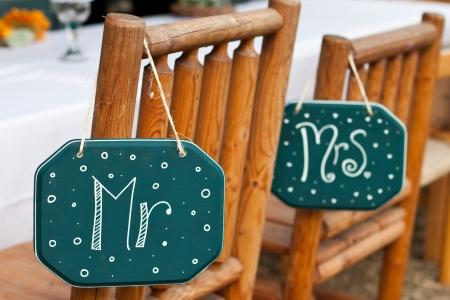 컨트리 스타일의 결혼식을위한 나무 의자에 아저씨와 미스 징후