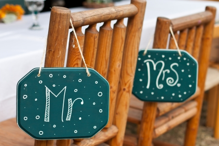 mister and misses signs on wooden chairs for a country style wedding Standard-Bild