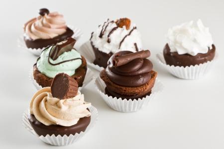 brownie: surtido de la mordedura del brownie dulce aislado en un fondo blanco Foto de archivo