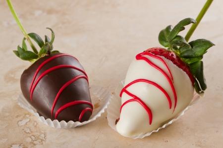 chocolate covered strawberries: chocolate con fresas con chocolate negro y blanco