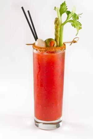bloody mary cocktail geïsoleerd op een witte achtergrond met cayennepeper velg