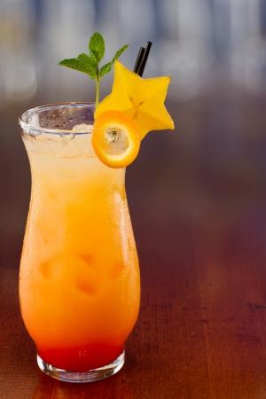 新鮮なトロピカル ジュースの混合し、ゴレンシのスライスと新鮮なミントで飾られたガラスで提供しています