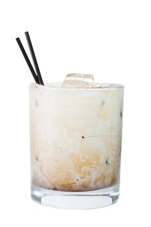 white russian cocktail geïsoleerd op een witte achtergrond