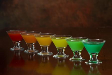 rainbow cocktail: truco cl�sico bar de estilo, el jugo de arco iris de colores sirve en m�ltiples vasos de chupito en una fila