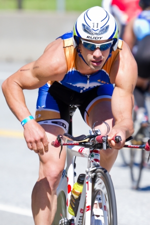 COEUR D Alene - 23 juni: Nathan Birdsall, Triathlete op de fiets van ironman triathlon, 23 juni 2013 in Coeur d 'Alene Idaho Redactioneel
