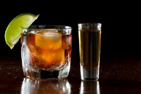 쿠바 리브레, 럼과 콜라 칵테일 측면에 라임 장식과 럼의 슛으로 짧은 유리에서 봉사 스톡 콘텐츠