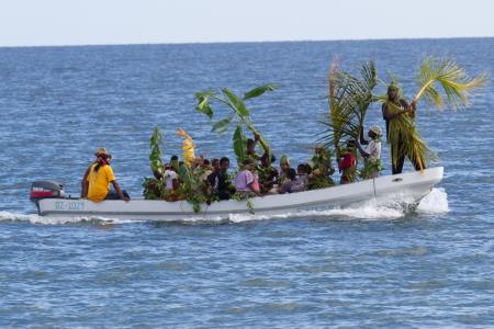 reenact: Placencia, Belice - 11 de noviembre: Pueblo Gar�funa que celebran su d�a de liquidaci�n con instrumentos musicales y desfile vegetaci�n nativa en la playa, 11 de noviembre de 2013, de Placencia de Belice