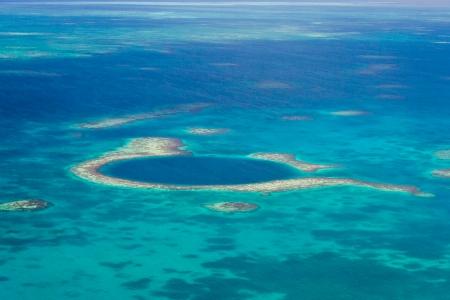벨리즈의 해안의 위대한 푸른 구멍의 공중보기