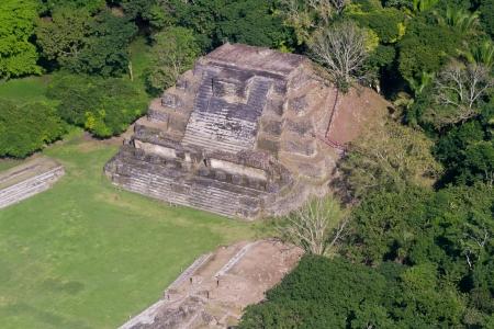 ALTUN 하 공중보기, 마야 벨리즈의 열대 정글에서 유적 스톡 콘텐츠