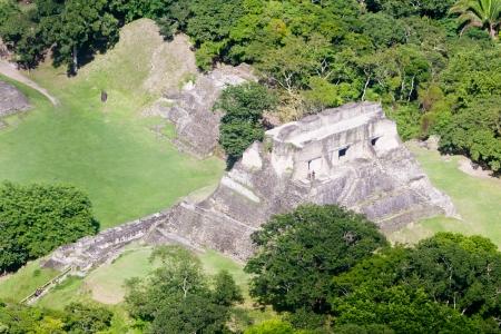 Xunantunich, 벨리즈의 정글에서 Mara 유적의 공중보기 스톡 콘텐츠