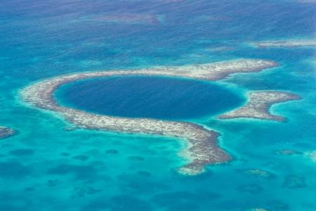 벨리즈의 해안의 그레이트 블루 홀 공중보기