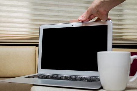 인간의 손에 가정 환경에서 노트북의 웹캠에 붕대를 넣어 스톡 콘텐츠