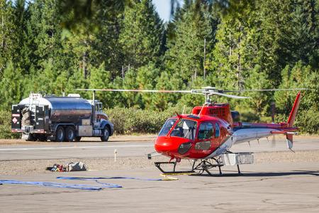 prospect: State Airport Prospect, Oregon - 9 Septembre: h�licopt�res sur la piste pr�t � combattre l'incendie 790, le 9 Septembre 2014 � l'a�roport �tat Prospect, Prospect Oregon Editeur