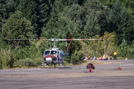 prospect: A�roport �tat Prospect, Oregon - 9 Septembre: H�licopt�res sur la piste pr�t � combattre le feu 790, le 9 Septembre 2014 � l'a�roport �tat Prospect, Prospect Oregon Editeur