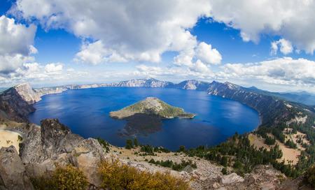 분화구 호수의 넓은 각도보기 형성 워치의 피크의 정상, 오레곤 아름다운 풍경