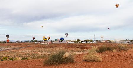 oct 31: P�gina Arizona - 31 de octubre: Globos de aire caliente despegar en el paisaje navajo de Arizona, 31 de Octubre de 2014 en Page, Arizona
