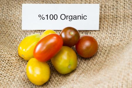 Nahaufnahme von Tomaten mit einem Bio-Label für Verbraucherinformation Standard-Bild - 34689821